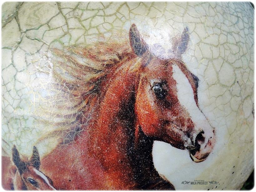 szklana-bombka-z-okienkiem-konie-3