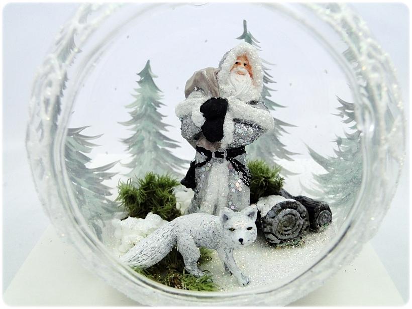 Bombka szklana z miniaturami Mikołaj i biały lis 1