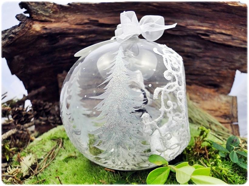 Bombka szklana z miniaturami Mikołaj i biały lis 2