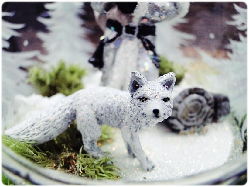 Bombka szklana z miniaturami Mikołaj i biały lis 4