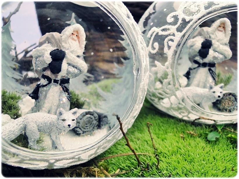 Bombka szklana z miniaturami Mikołaj i biały lis 7