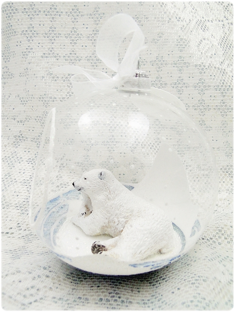 Bombka szklana z miniaturami Misie polarne 2