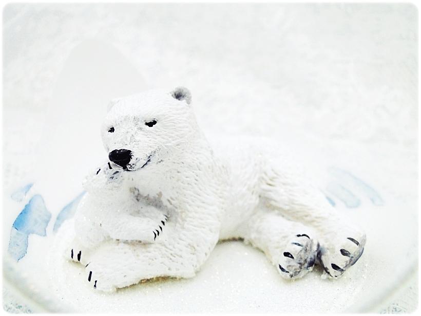 Bombka szklana z miniaturami Misie polarne 4