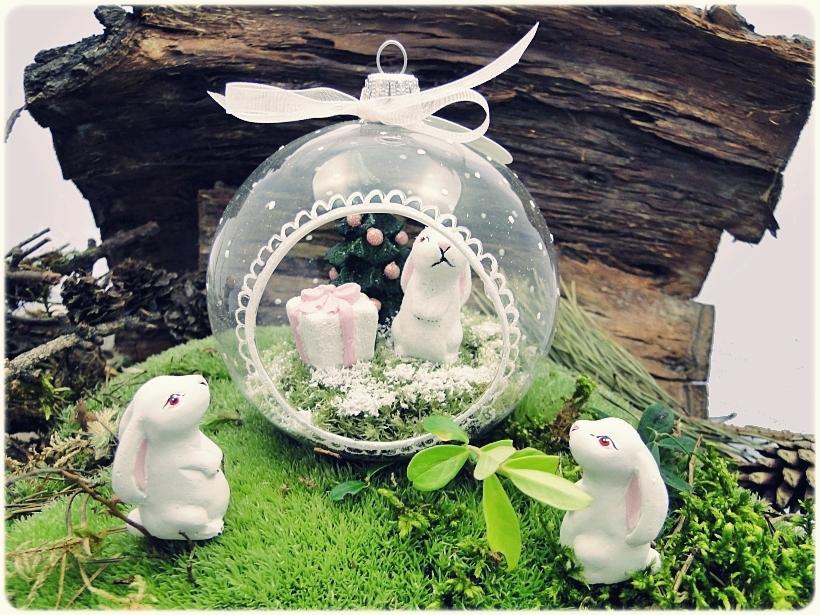 Bombka szklanan z miniaturami Zajączek z prezentem 1