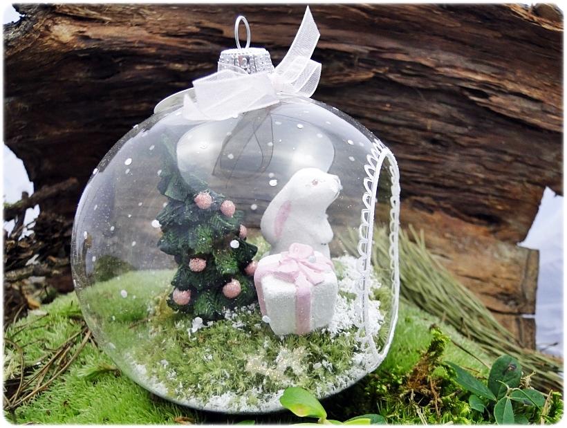 Bombka szklanan z miniaturami Zajączek z prezentem 2