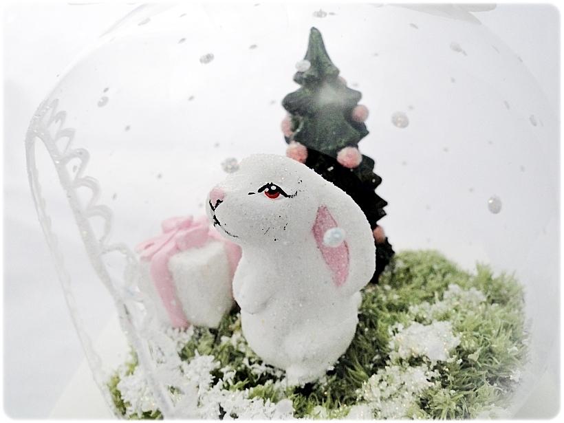 Bombka szklanan z miniaturami Zajączek z prezentem 4