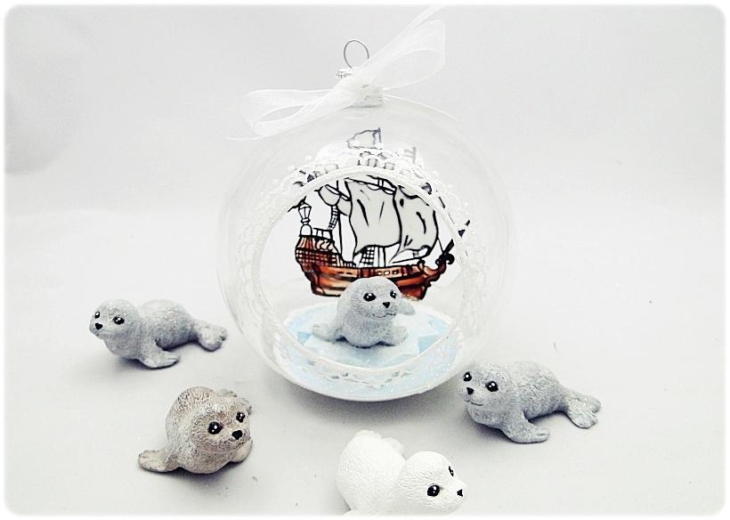 Bombka szklana z miniaturami Foczka na krze 1