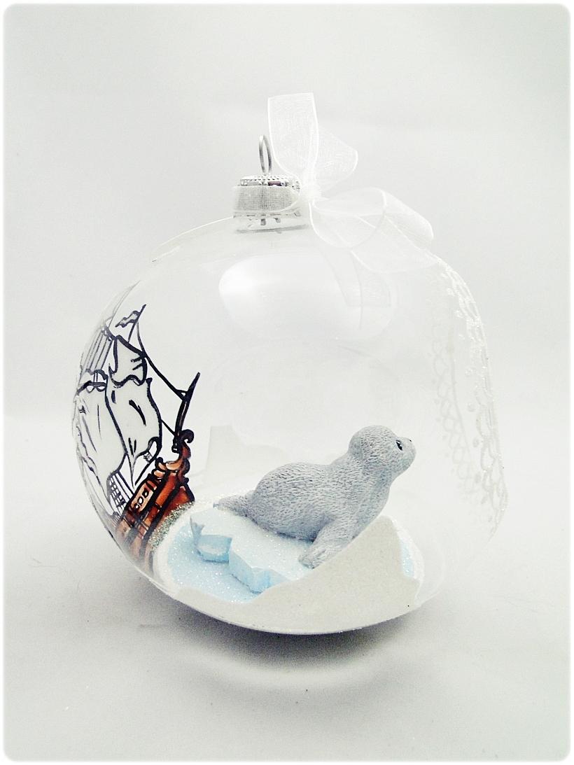 Bombka szklana z miniaturami Foczka na krze 3