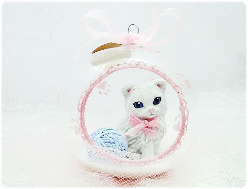 Bombka szklana z miniaturami Kocie łapki (różowa) 1
