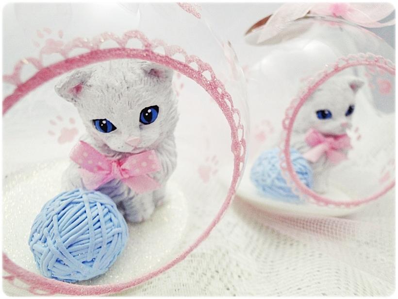Bombka szklana z miniaturami Kocie łapki (różowa) 3