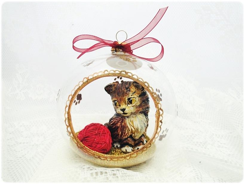 Bombka szklana z miniaturami Kocie łapki (złota) 1