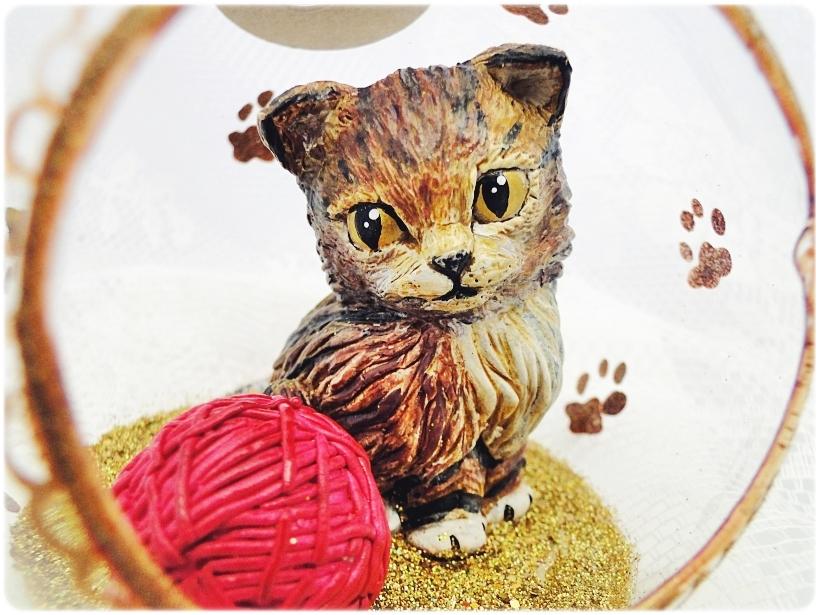 Bombka szklana z miniaturami Kocie łapki (złota) 2