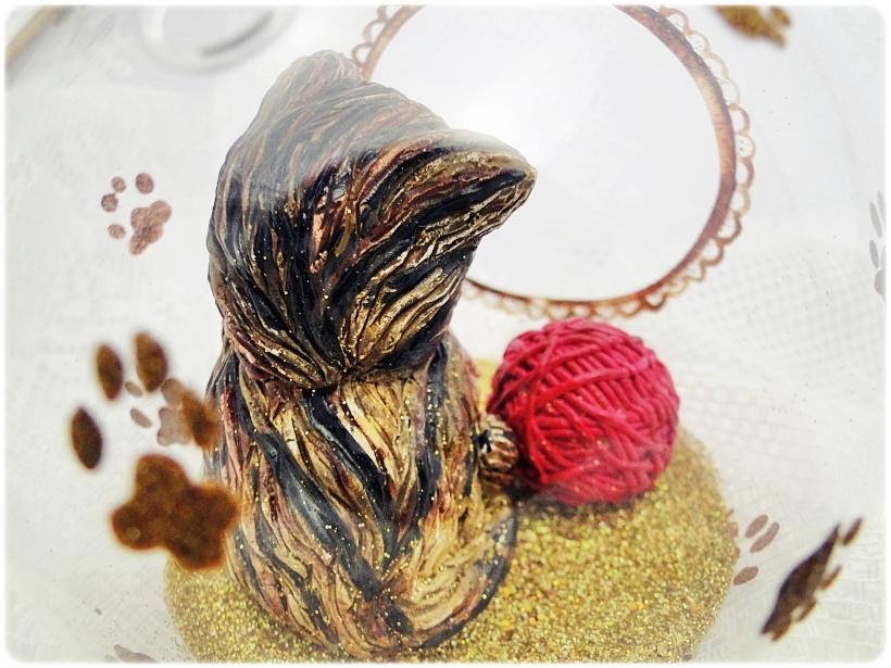 Bombka szklana z miniaturami Kocie łapki (złota) 3
