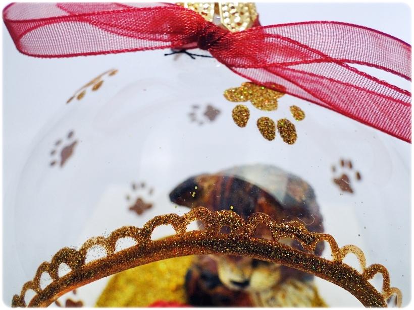 Bombka szklana z miniaturami Kocie łapki (złota) 4