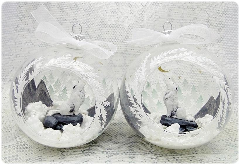 Bombka szklana z miniaturami Wilk w górach 1
