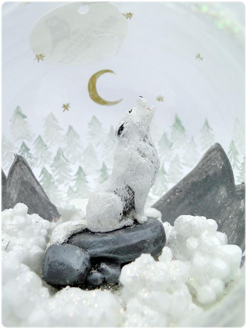 Bombka szklana z miniaturami Wilk w górach 3
