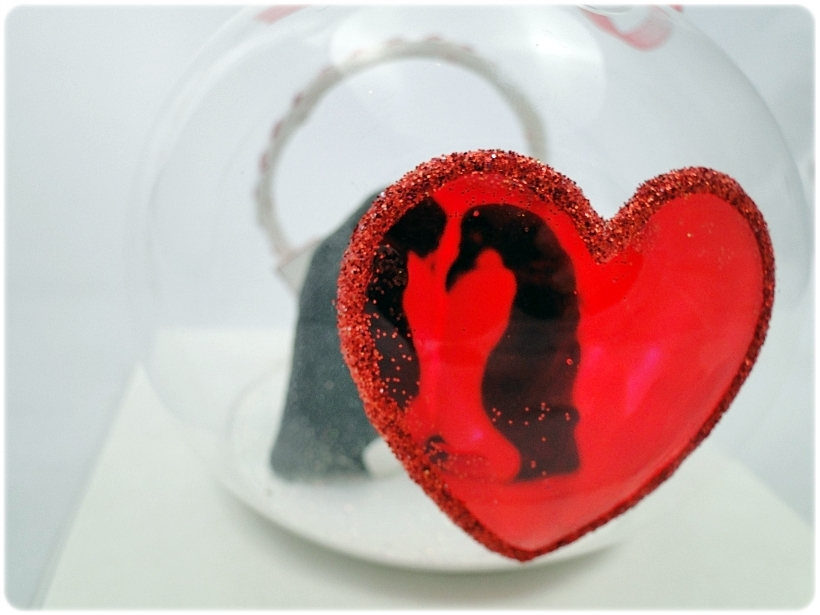 Bombka szklana z miniaturami Zakochane pingwiny 3
